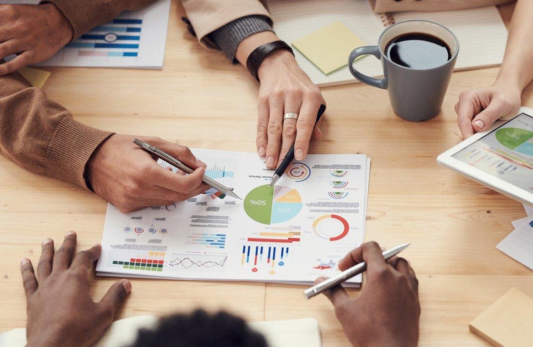 estrategia-pessoas-mesa-graficos-2