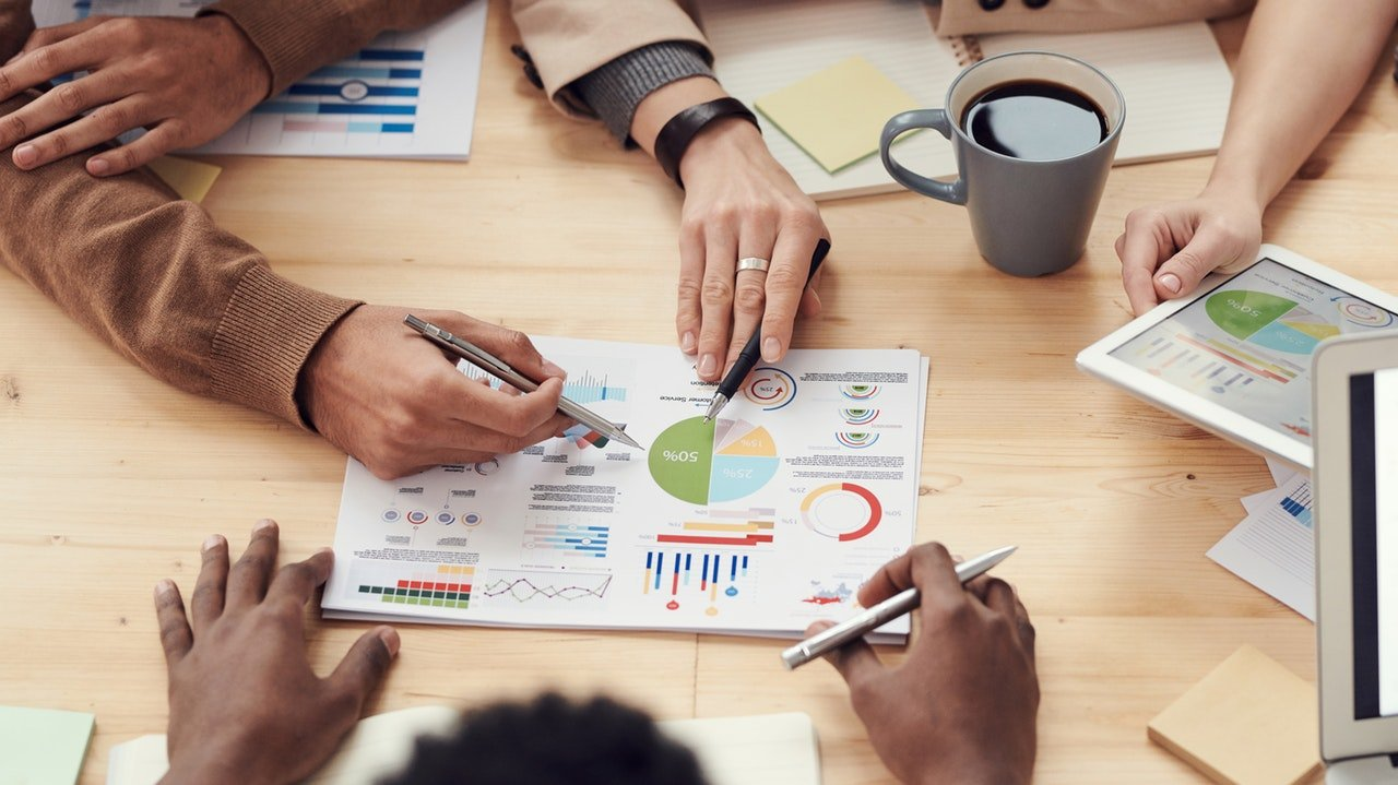 estrategia-pessoas-mesa-graficos